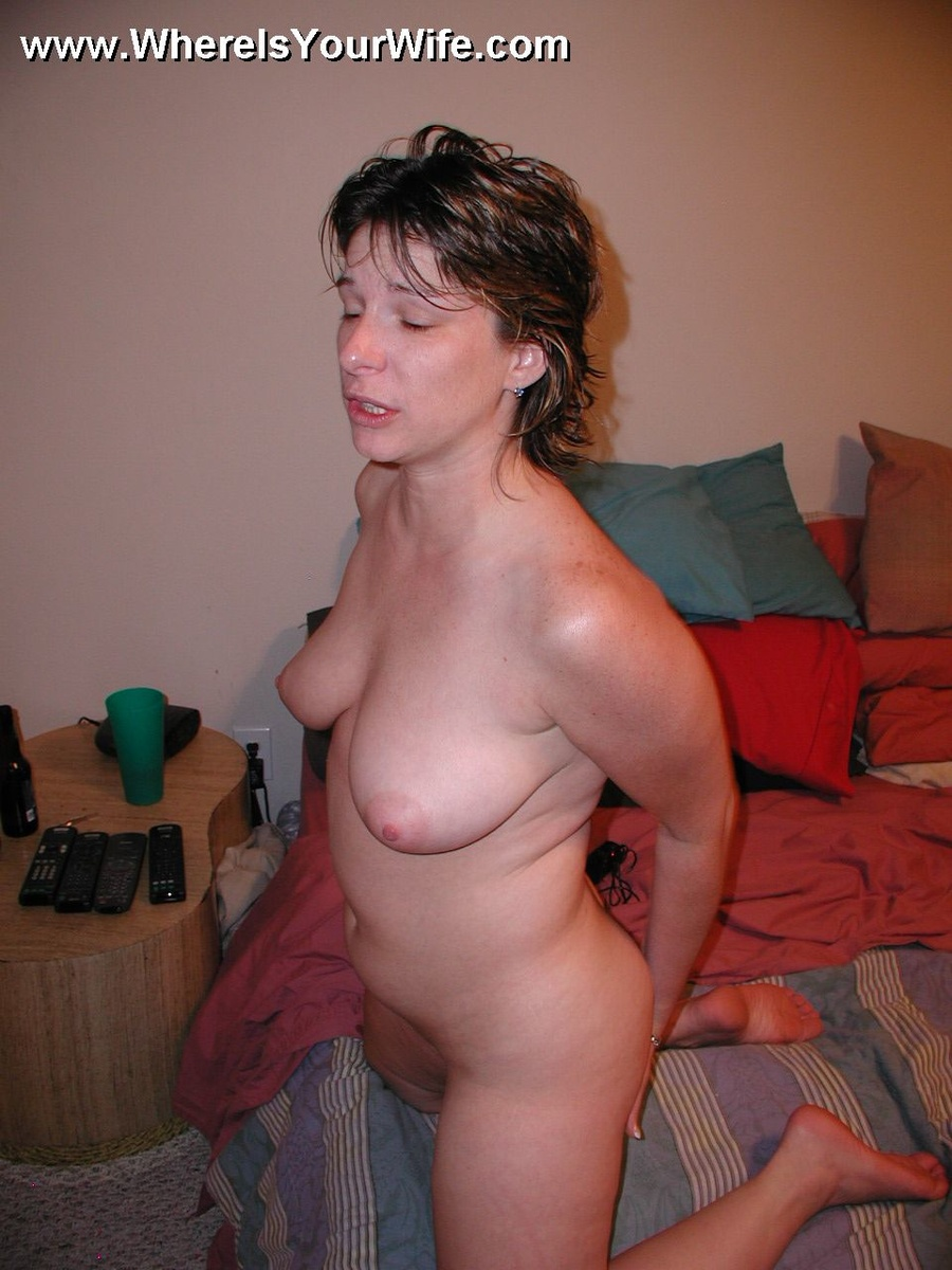 Amateur wife posing naked
