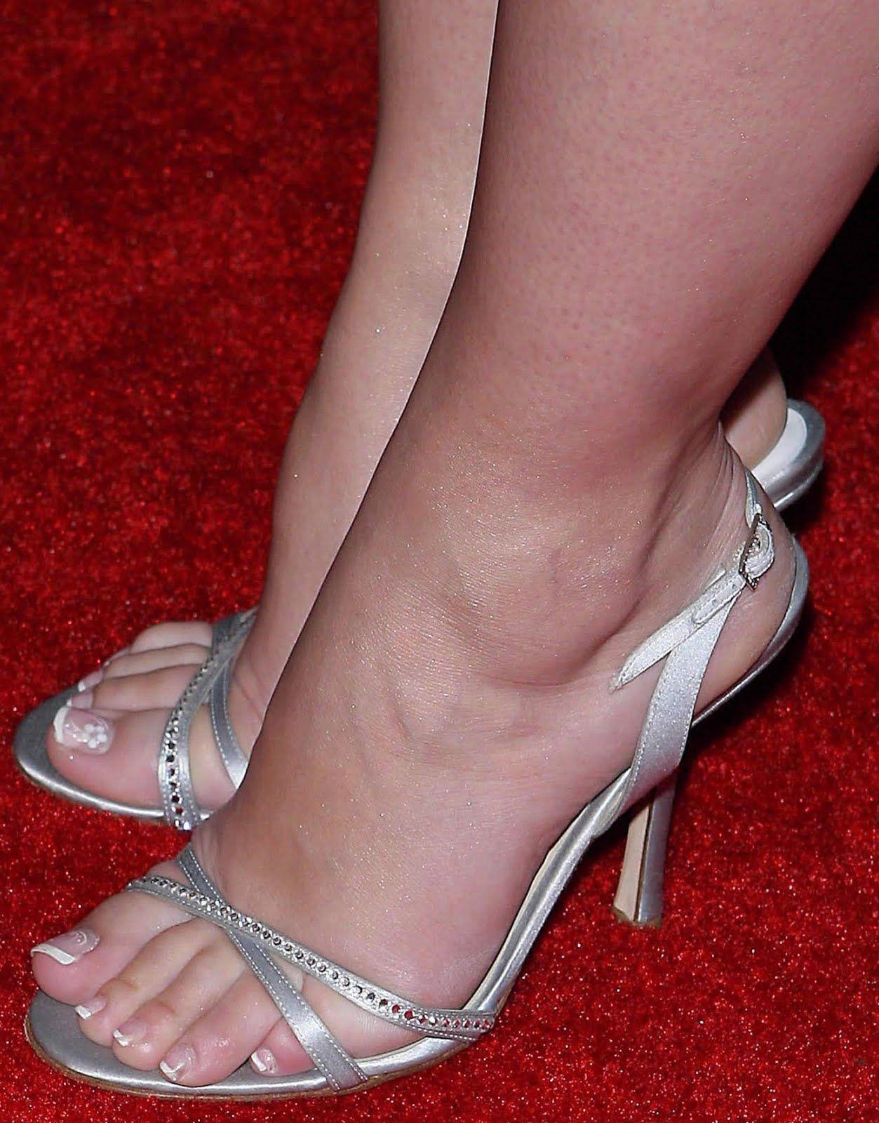 Jennifer love hewitt foot