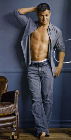 George eads shirt off