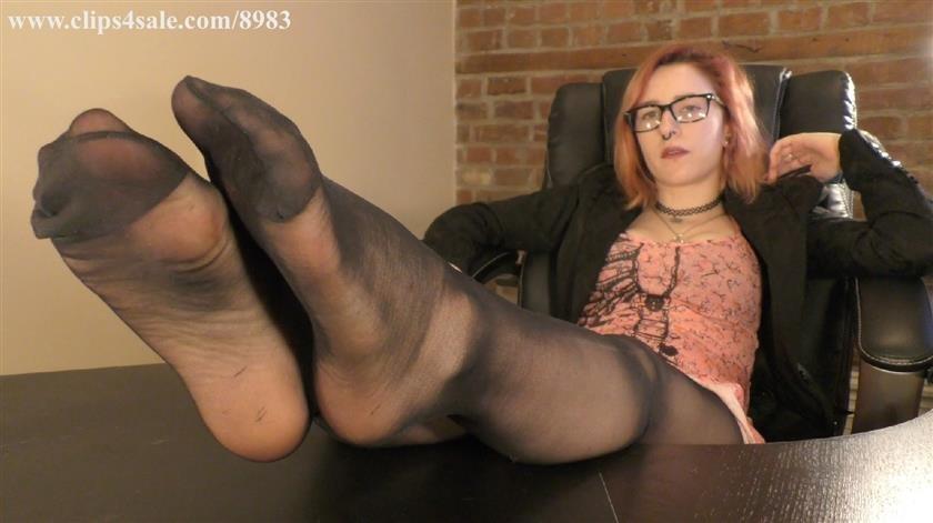 Girls dirty nylon feet