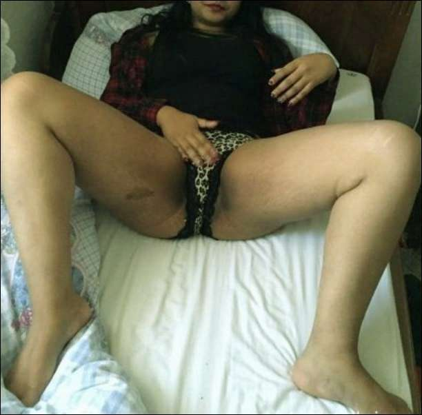 Aunty saree lift pussy