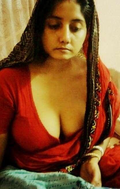 Hot bhabhi nude in saree