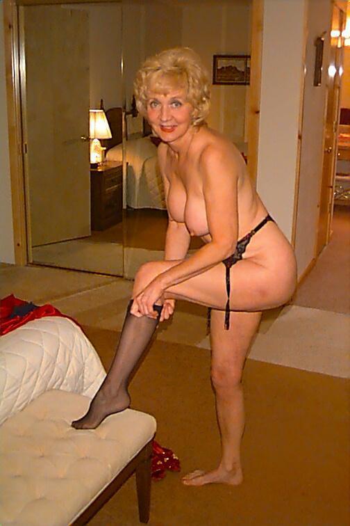 Mature cougar posing nude