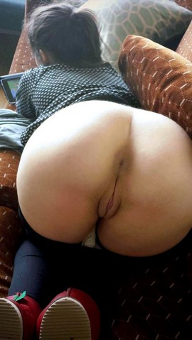 Amateur girl naked ass
