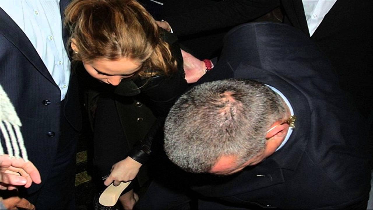 Jennifer lawrence loses her shoe